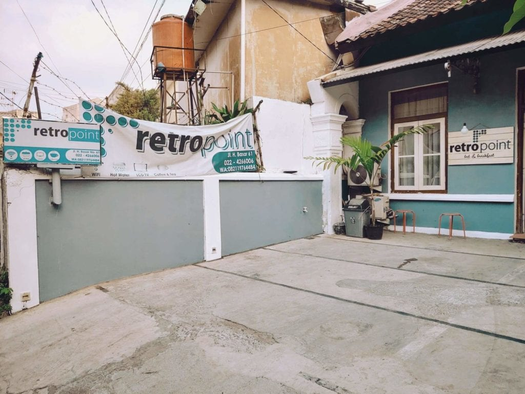 RetroPoint BnB Guest House Murah Di Bandung - Penampakan Bagian Pintu Depan