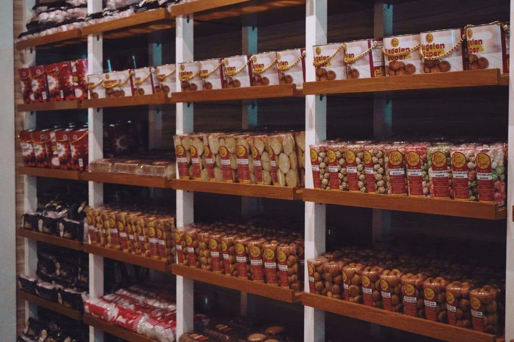 Beli Oleh-oleh Di Toko Abadi Bagelen Bandung - Beberapa Roti Kering Yang Dijual