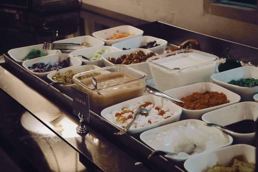 Menginap Semalam Di Hotel Heritage Savoy Homann Bandung - Banyak Pilihan Topping Makanan