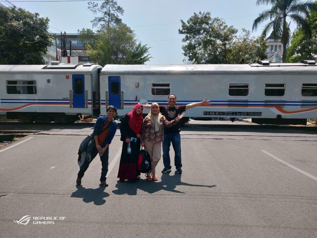 Menginap Semalam Di Hotel Heritage Savoy Homann Bandung - Foto Di Jalan Saat Kereta Lewat