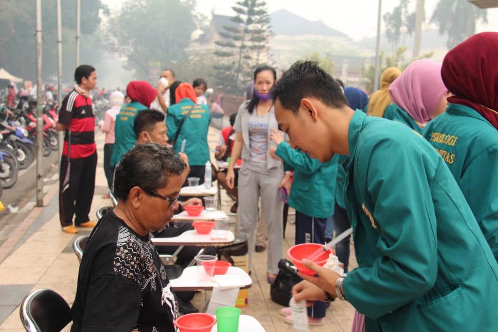 Forest Talk - Dokumentasi Kegiatan Peduli Kesehatan Masyarakat Kota Jambi Tahun 2015 - Demonstrasi Cara Cuci Hidung