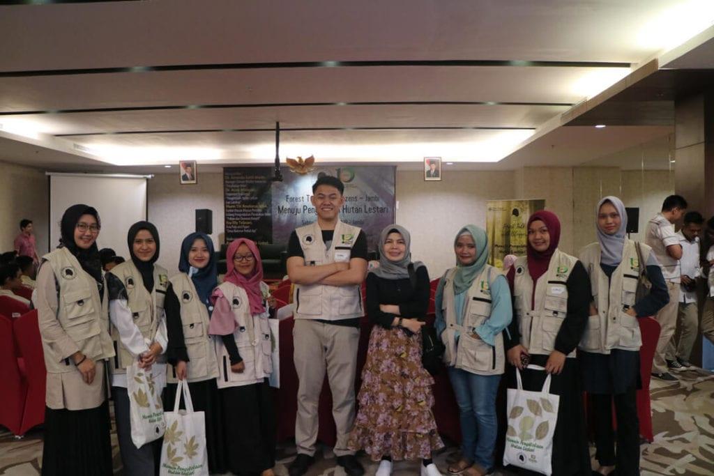 Keseruan Acara Forest Talk With Netizen Jambi - Foto Bersama Teman Perawat dan Mbak Katerina