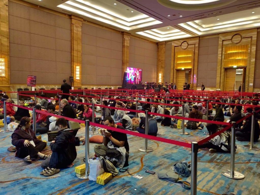 Rela Antre dari Semalam Demi Beli ROG Phone 2 - Para Sultan yang Mau Beli HP Gaming Nomor Satu